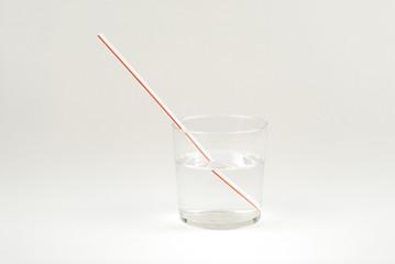 Vaso de agua y pajitas, refracción 2