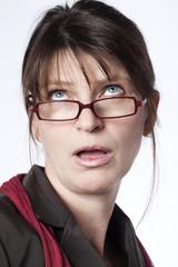 femme à lunettes idiote