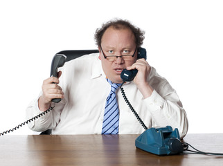 homme d'affaires dépassé au téléphone
