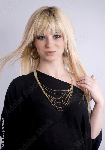 jolie femme blonde aux cheveux longs