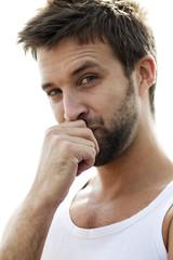 beau jeune homme contemplatif gêné