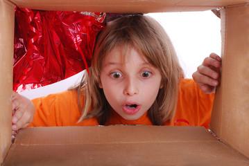 Enfant découvrant son cadeau - Vue par l'intérieur