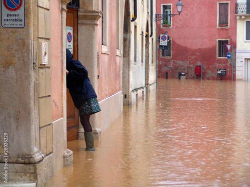 alluvione acqua pioggia esondazione pericolo strada - 28026229