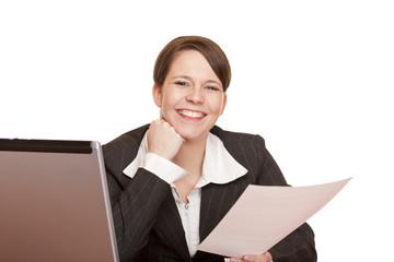 motivierte Frau im Büro hält lachend Vertrag in Händen