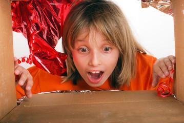 Enfant découvrant son cadeau 2 - Vue par l'intérieur