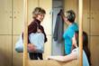 Frauen reden im Umkleideraum
