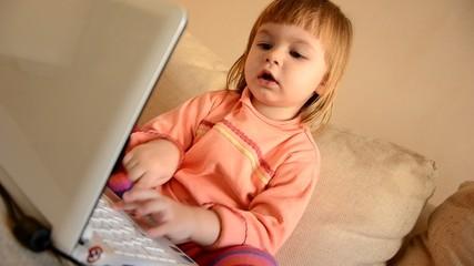 bébé avec ordinateur