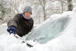 Das Auto vom Schnee befreien