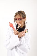 Eine hübsche Laborantin zeigt ihre Instrumente