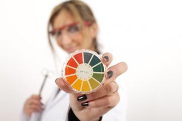 Pharmazeutisch Technische Assistentin mit pH-Indikatorpapier