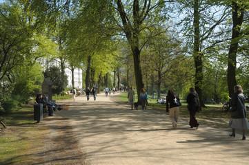 Hamburg Spaziergänger an der Alster im Frühling