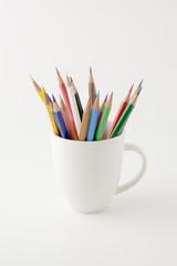 コップに入った複数の色鉛筆