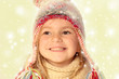 Mädchen mit schneebedeckter Pudelmütze lacht