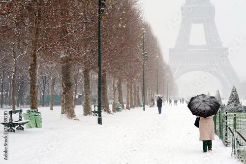 Parapluie et Neige devant la Tour Eiffel - Paris - 28089281