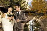 Coppia sposata in chiesa di campagna