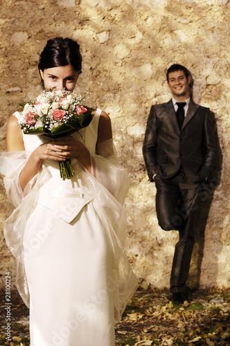 Sposa si nasconde dietro bouquet