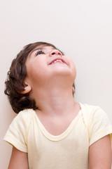 bambino con gli occhi la cielo