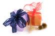 Zwei Geschenke mit wilden Schleifen