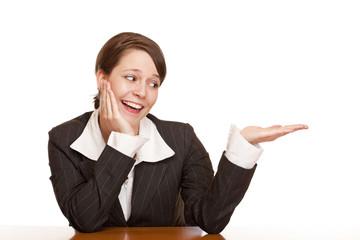 Junge attraktive Frau hält Handfläche mit Platz für Werbung