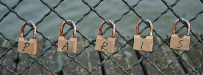 Cadenas d'amour avec l'inscription Paris sur le ponts des arts