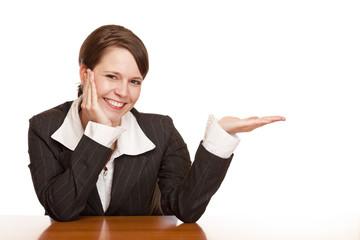 attraktive Frau präsentiert Handfläche mit freier Werbefläche