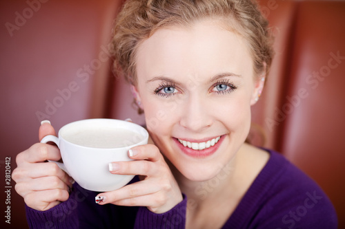 blonde frau trinkt cappuccino - 28120412