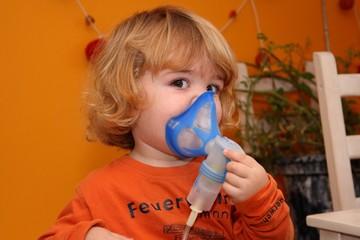 Kind inhaliert selbst