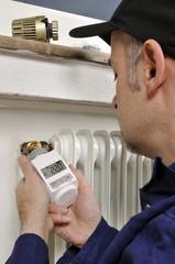 Handwerker montiert Heizungsthermostat