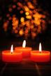 Detaily fotografie tři svíčky s oranžovými světly neostrým