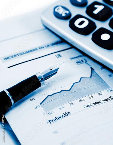 fondo de negocios con pluma,estadistica y calculadora
