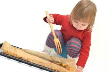 enfant jouant a la cuisine
