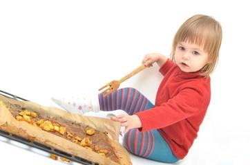 bébé avec pommes de terre
