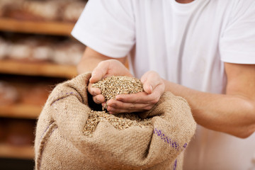 bäcker prüft das korn