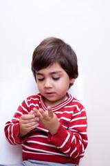 bambino che conta con le mani