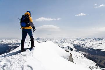 montañero en la montaña nevada