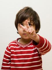 bambino che fa due dita