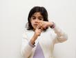 bambina che fa gesto con mani