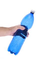 mani che schiacciano una bottiglia di plastica blu