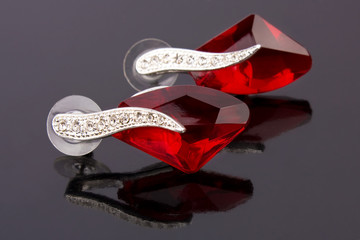 Pair of earrings with reflections