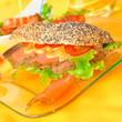 Mohnsemmel mit Salat und Räucherlachs