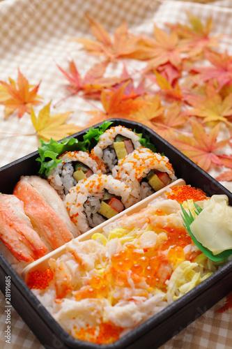 巻き寿司のお弁当と紅葉したモミジ