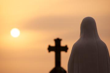 夕日とマリア像
