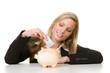 junge frau wirft euroschein ins sparschwein