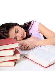 Schülerin schläft auf ihren Unterlagen
