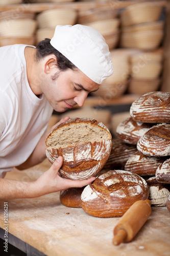 Staande foto Brood bäckermeister prüft brotqualität