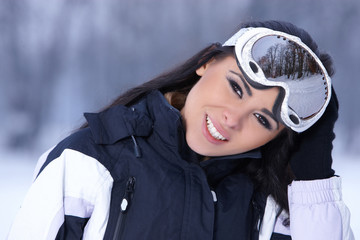 Caucasian woman wearing snowboard jacket and goggles