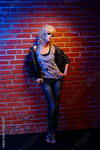 Фото со стока - Портрет Красивая блондинка девочка в torned Майка и...