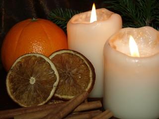 dekoracja świąteczna ze świecami i pomarańczą