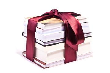 стопка книг в подарок на белом фоне