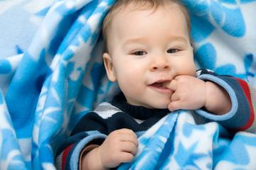 Baby mit Finger im Mund